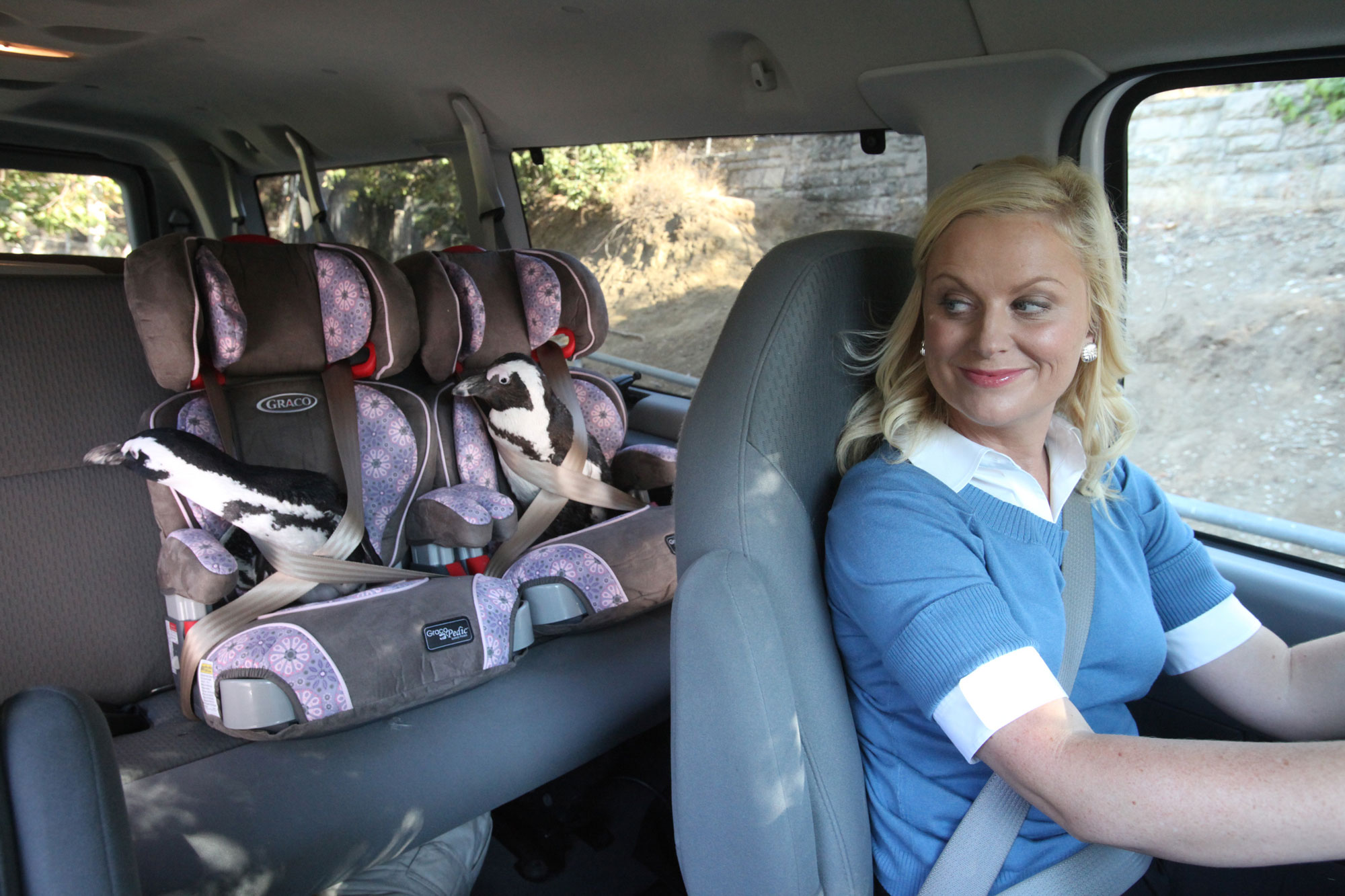 Amy Poehler picks up some penguins in 'Pawnee Zoo'